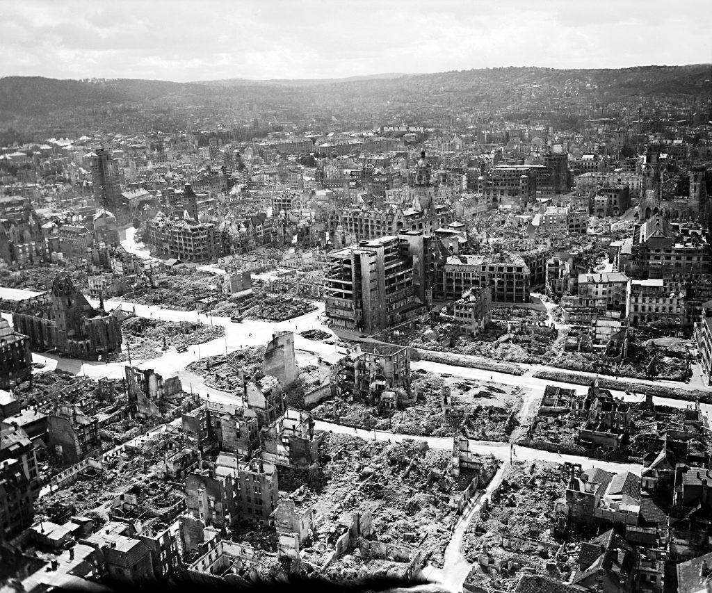 Die süddeutsche Großstadt Stuttgart im Jahr 1945 kurz nach dem Krieg (vgl. im Buch Seite 482).